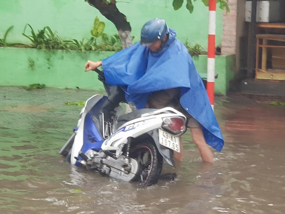 Đà Nẵng trong bão số 5: Mưa to kèm sấm chớp, nhiều tuyến đường ngập nước, cây đổ, cột điện gãy - Ảnh 6.