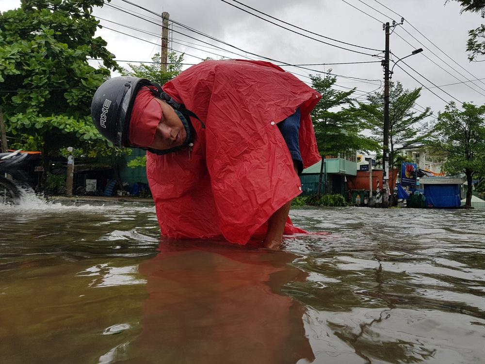 Đà Nẵng trong bão số 5: Mưa to kèm sấm chớp, nhiều tuyến đường ngập nước, cây đổ, cột điện gãy - Ảnh 11.