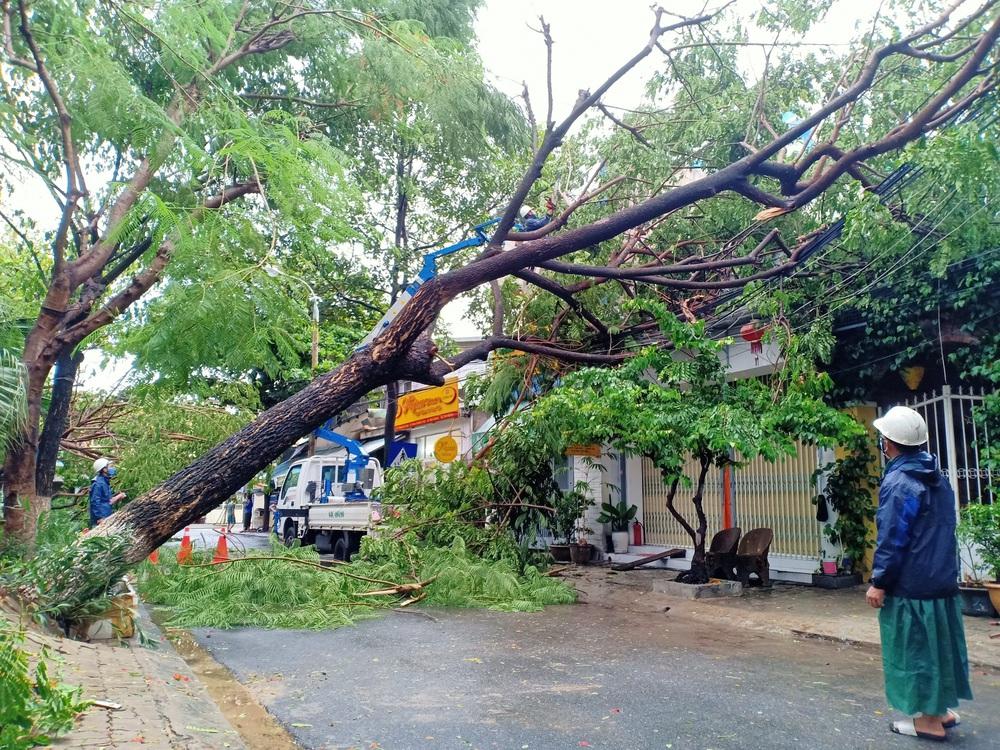 Đà Nẵng trong bão số 5: Mưa to kèm sấm chớp, nhiều tuyến đường ngập nước, cây đổ, cột điện gãy - Ảnh 13.