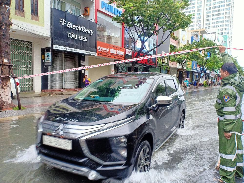 Đà Nẵng trong bão số 5: Mưa to kèm sấm chớp, nhiều tuyến đường ngập nước, cây đổ, cột điện gãy - Ảnh 17.