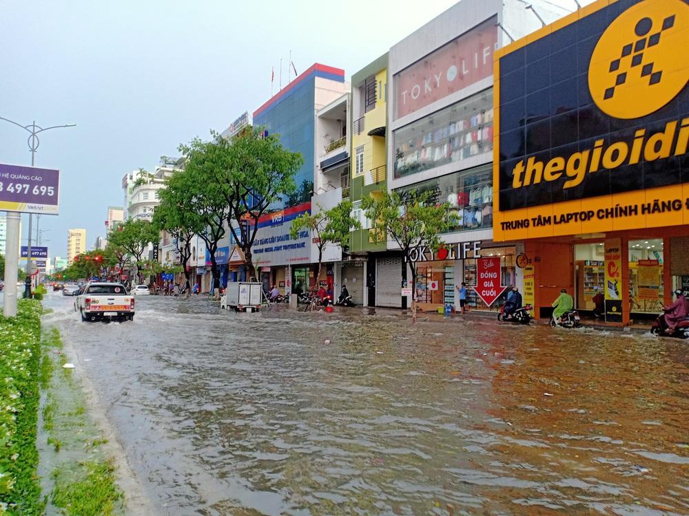 Đà Nẵng trong bão số 5: Mưa to kèm sấm chớp, nhiều tuyến đường ngập nước, cây đổ, cột điện gãy - Ảnh 3.