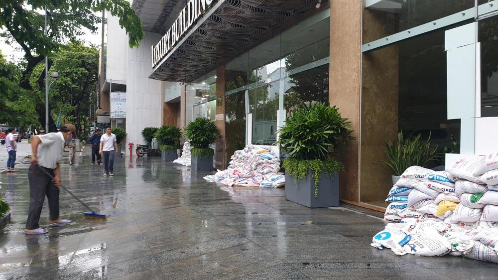Đà Nẵng trong bão số 5: Mưa to kèm sấm chớp, nhiều tuyến đường ngập nước, cây đổ, cột điện gãy - Ảnh 12.