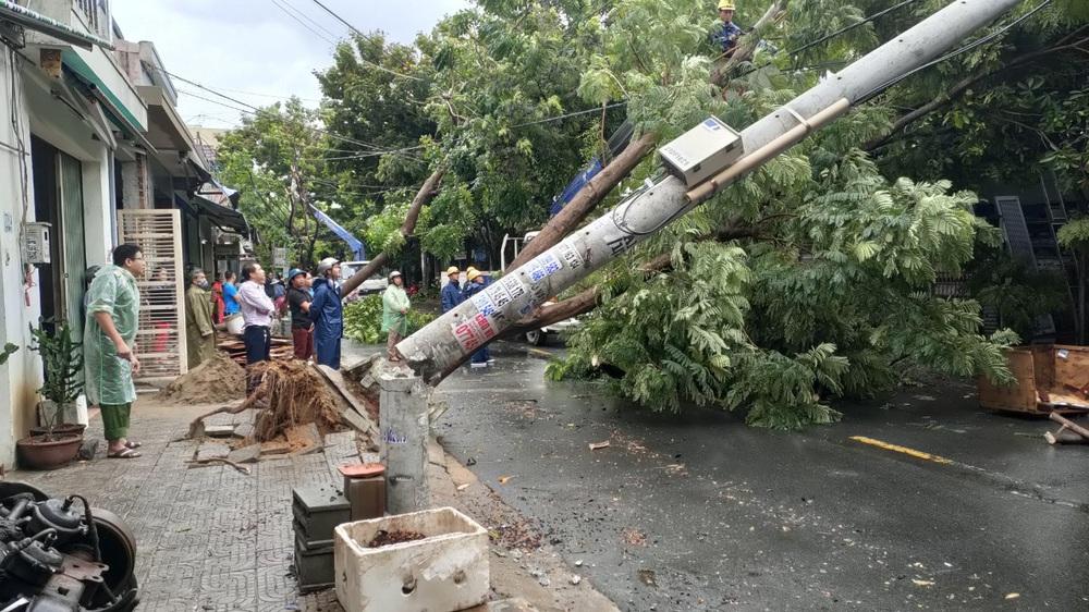 Đà Nẵng trong bão số 5: Mưa to kèm sấm chớp, nhiều tuyến đường ngập nước, cây đổ, cột điện gãy - Ảnh 15.