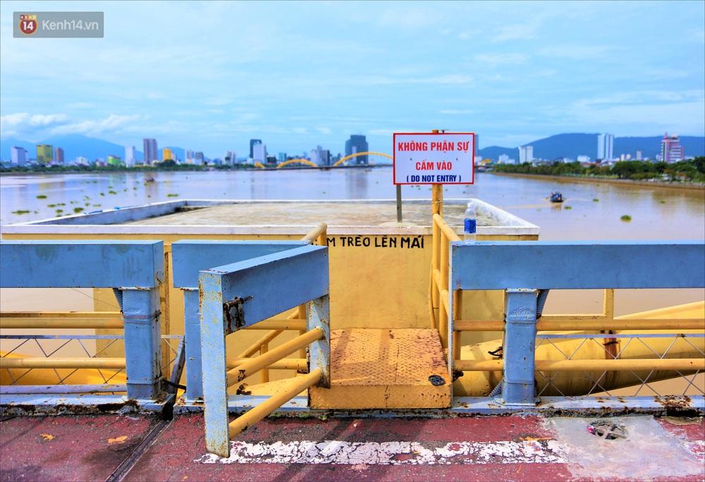 Người Đà Nẵng thích thú lần đầu chứng kiến cây cầu lịch sử nâng nhịp cho tàu thuyền qua lại - Ảnh 5.