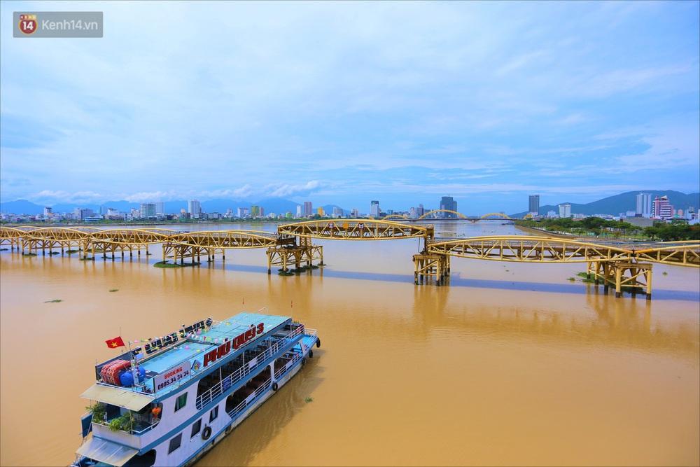 Người Đà Nẵng thích thú lần đầu chứng kiến cây cầu lịch sử nâng nhịp cho tàu thuyền qua lại - Ảnh 15.