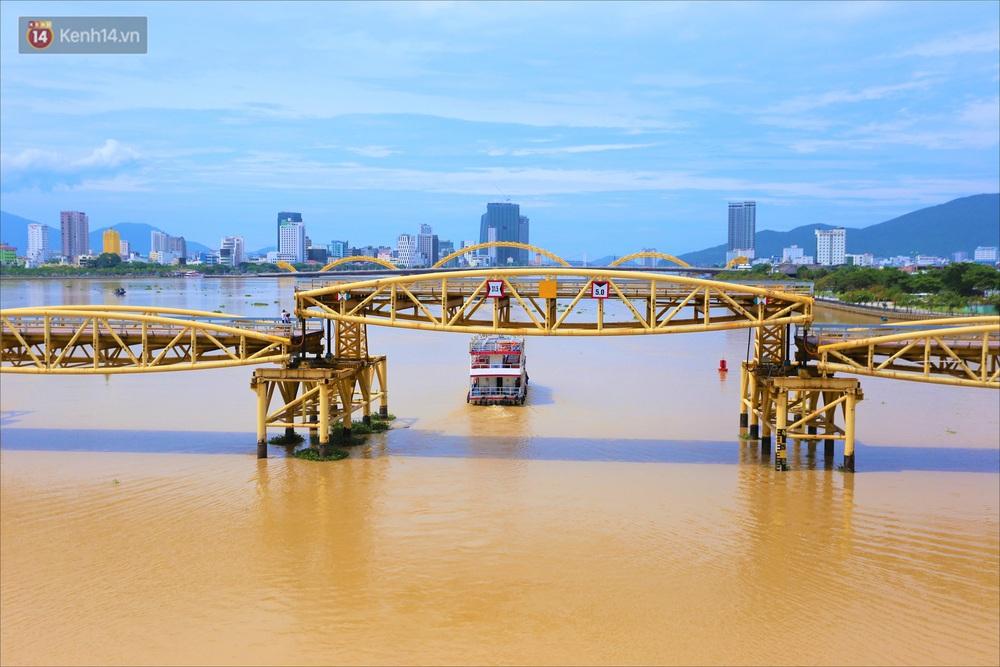 Người Đà Nẵng thích thú lần đầu chứng kiến cây cầu lịch sử nâng nhịp cho tàu thuyền qua lại - Ảnh 4.