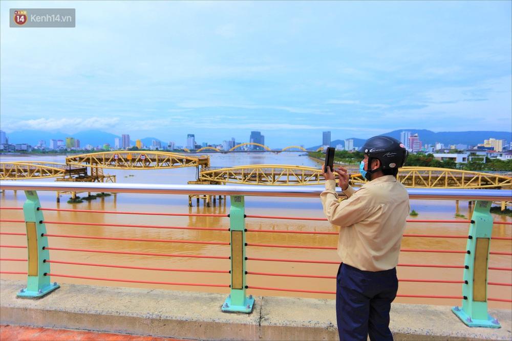 Người Đà Nẵng thích thú lần đầu chứng kiến cây cầu lịch sử nâng nhịp cho tàu thuyền qua lại - Ảnh 12.