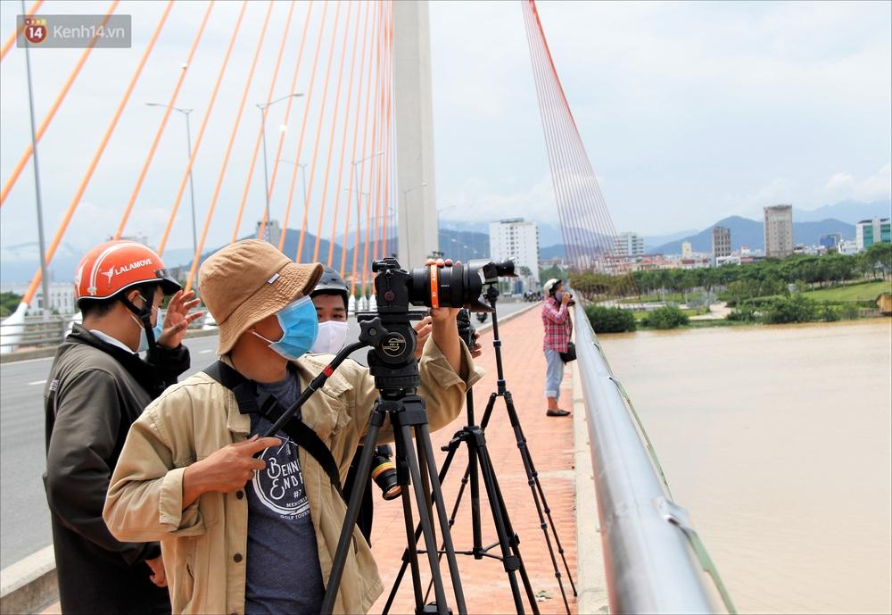 Người Đà Nẵng thích thú lần đầu chứng kiến cây cầu lịch sử nâng nhịp cho tàu thuyền qua lại - Ảnh 14.