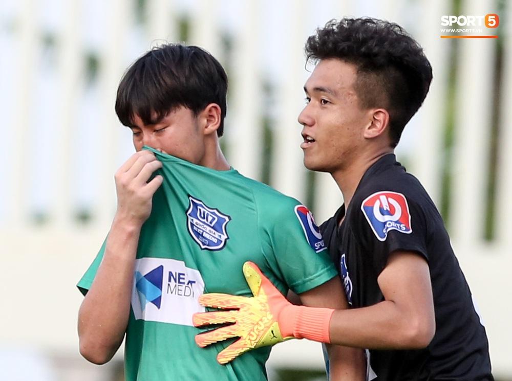 Cầu thủ trẻ HAGL khóc như mưa sau khi thua trắng ở bán kết U17 quốc gia 2020 - Ảnh 3.