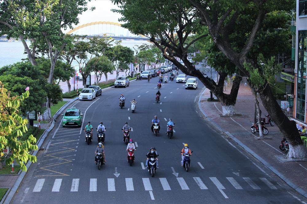 Phố xá, khu vui chơi ở Đà Nẵng nhộn nhịp trong đêm đầu tiên trở lại hoạt động bình thường - Ảnh 2.
