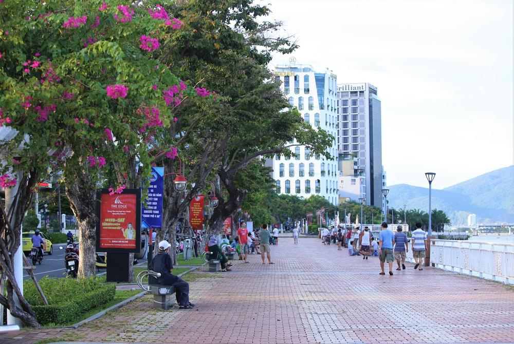 Phố xá, khu vui chơi ở Đà Nẵng nhộn nhịp trong đêm đầu tiên trở lại hoạt động bình thường - Ảnh 4.