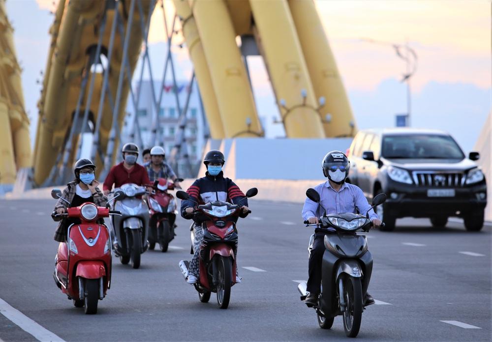 Phố xá, khu vui chơi ở Đà Nẵng nhộn nhịp trong đêm đầu tiên trở lại hoạt động bình thường - Ảnh 6.