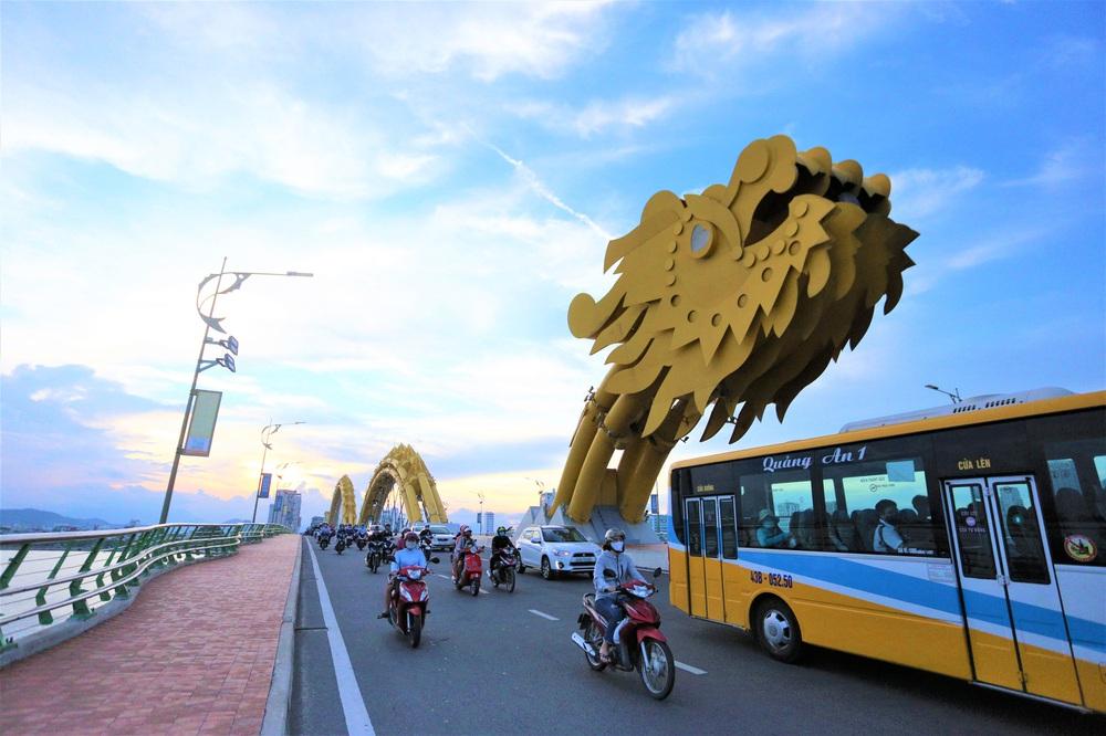 Phố xá, khu vui chơi ở Đà Nẵng nhộn nhịp trong đêm đầu tiên trở lại hoạt động bình thường - Ảnh 1.