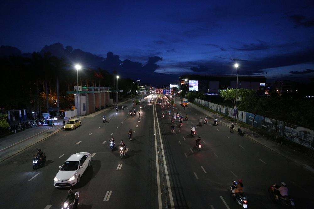 Phố xá, khu vui chơi ở Đà Nẵng nhộn nhịp trong đêm đầu tiên trở lại hoạt động bình thường - Ảnh 7.