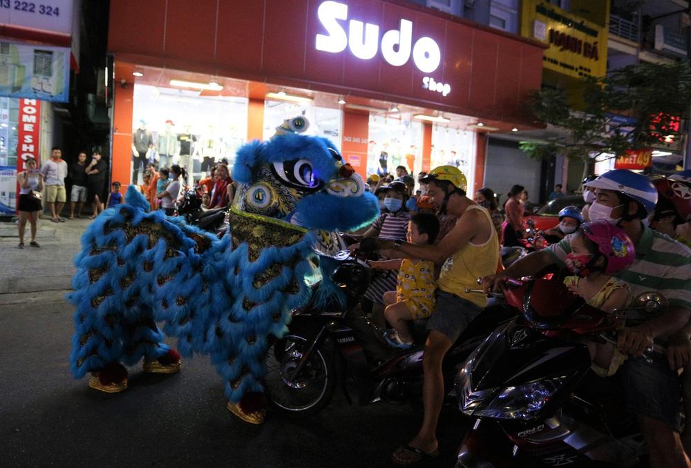 Phố xá, khu vui chơi ở Đà Nẵng nhộn nhịp trong đêm đầu tiên trở lại hoạt động bình thường - Ảnh 10.