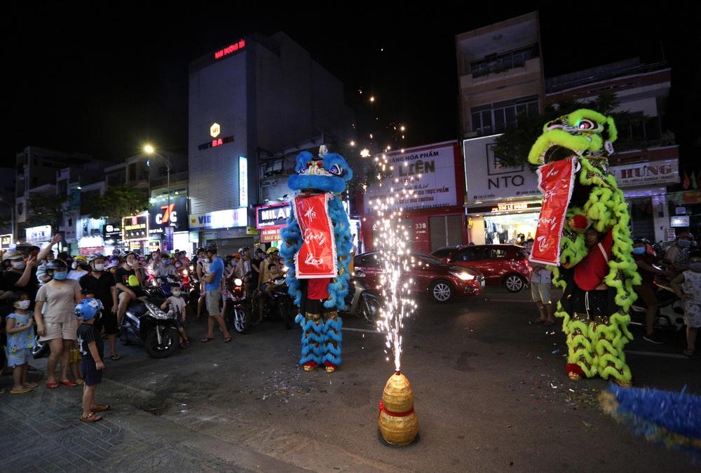 Phố xá, khu vui chơi ở Đà Nẵng nhộn nhịp trong đêm đầu tiên trở lại hoạt động bình thường - Ảnh 9.