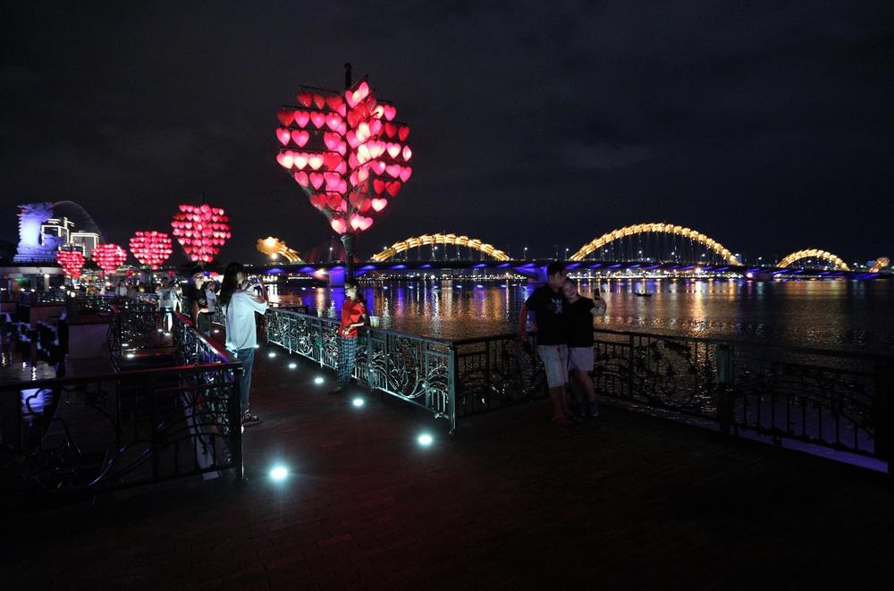 Phố xá, khu vui chơi ở Đà Nẵng nhộn nhịp trong đêm đầu tiên trở lại hoạt động bình thường - Ảnh 21.