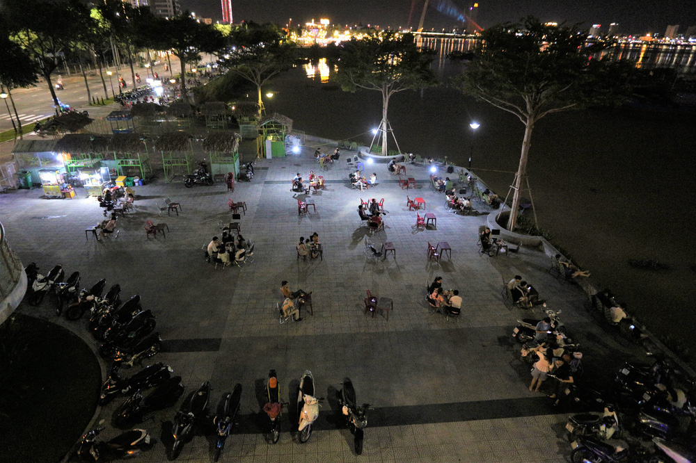 Phố xá, khu vui chơi ở Đà Nẵng nhộn nhịp trong đêm đầu tiên trở lại hoạt động bình thường - Ảnh 23.