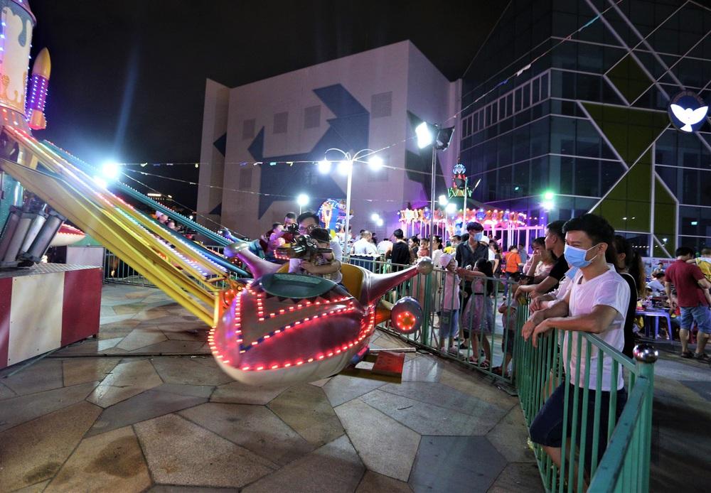 Phố xá, khu vui chơi ở Đà Nẵng nhộn nhịp trong đêm đầu tiên trở lại hoạt động bình thường - Ảnh 13.