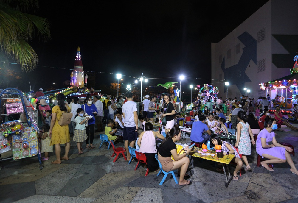 Phố xá, khu vui chơi ở Đà Nẵng nhộn nhịp trong đêm đầu tiên trở lại hoạt động bình thường - Ảnh 14.