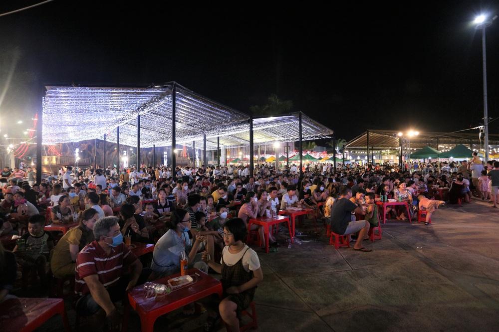 Phố xá, khu vui chơi ở Đà Nẵng nhộn nhịp trong đêm đầu tiên trở lại hoạt động bình thường - Ảnh 18.