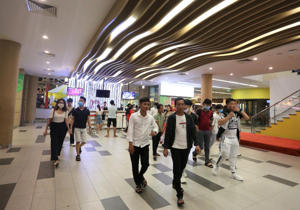 Phố xá, khu vui chơi ở Đà Nẵng nhộn nhịp trong đêm đầu tiên trở lại hoạt động bình thường - Ảnh 15.