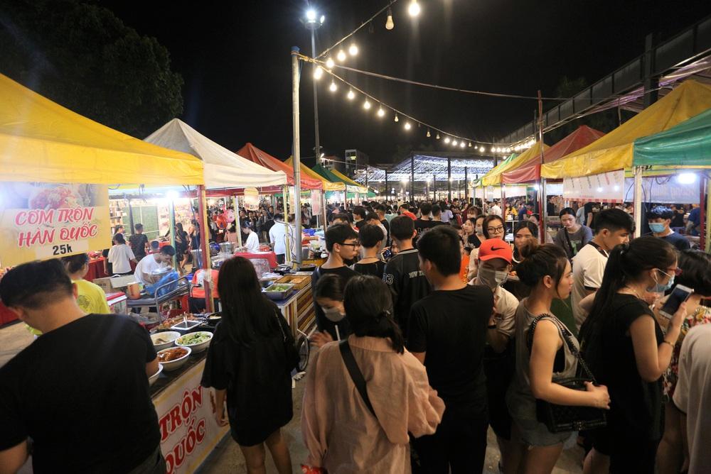 Phố xá, khu vui chơi ở Đà Nẵng nhộn nhịp trong đêm đầu tiên trở lại hoạt động bình thường - Ảnh 17.