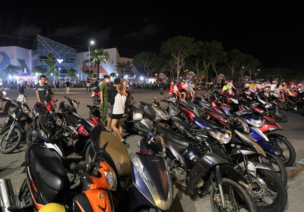 Phố xá, khu vui chơi ở Đà Nẵng nhộn nhịp trong đêm đầu tiên trở lại hoạt động bình thường - Ảnh 20.
