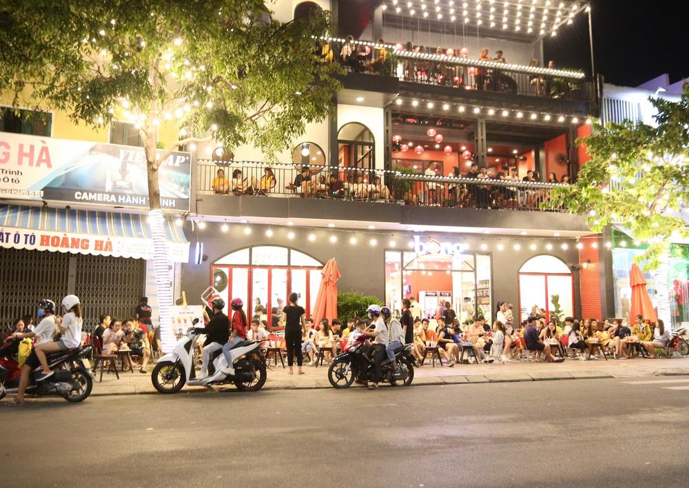 Phố xá, khu vui chơi ở Đà Nẵng nhộn nhịp trong đêm đầu tiên trở lại hoạt động bình thường - Ảnh 12.