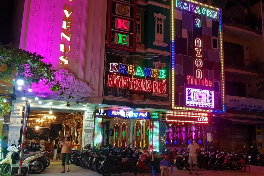 Phố xá, khu vui chơi ở Đà Nẵng nhộn nhịp trong đêm đầu tiên trở lại hoạt động bình thường - Ảnh 11.
