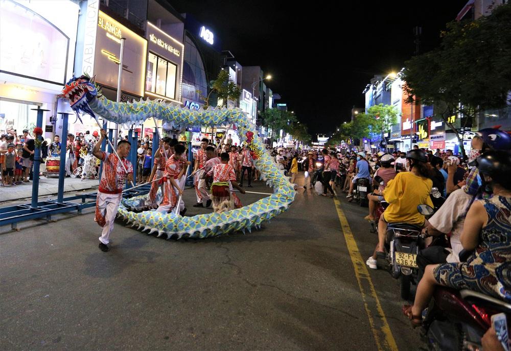 Người dân Đà Nẵng nô nức xuống đường xem múa Lân trước Tết Trung thu, giao thông ùn tắc - Ảnh 1.