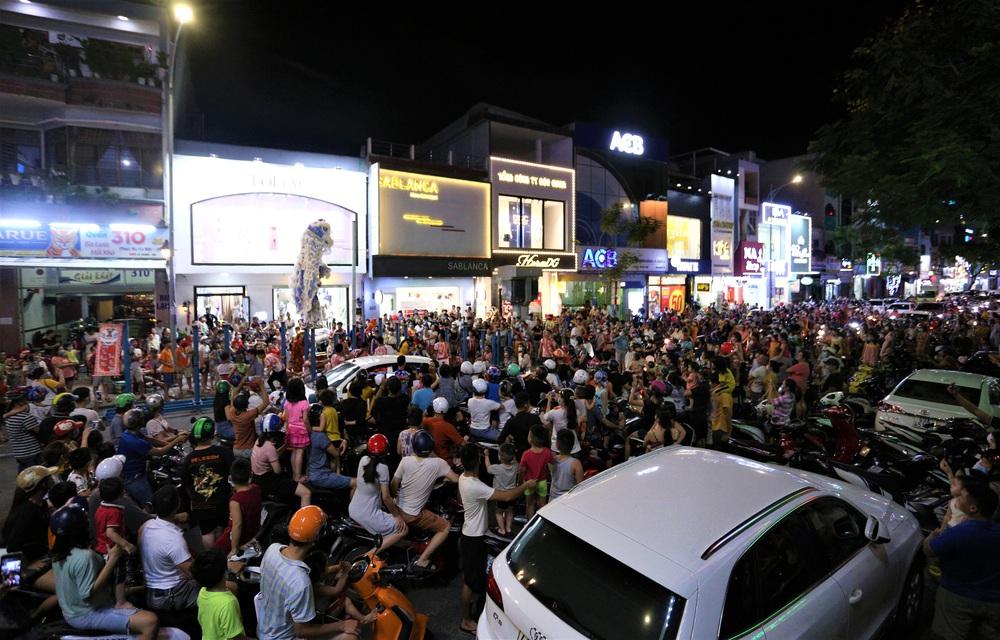 Người dân Đà Nẵng nô nức xuống đường xem múa Lân trước Tết Trung thu, giao thông ùn tắc - Ảnh 3.