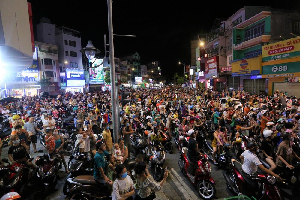 Người dân Đà Nẵng nô nức xuống đường xem múa Lân trước Tết Trung thu, giao thông ùn tắc - Ảnh 8.