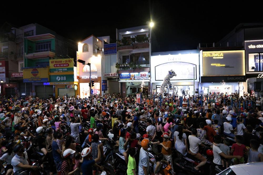 Người dân Đà Nẵng nô nức xuống đường xem múa Lân trước Tết Trung thu, giao thông ùn tắc - Ảnh 4.