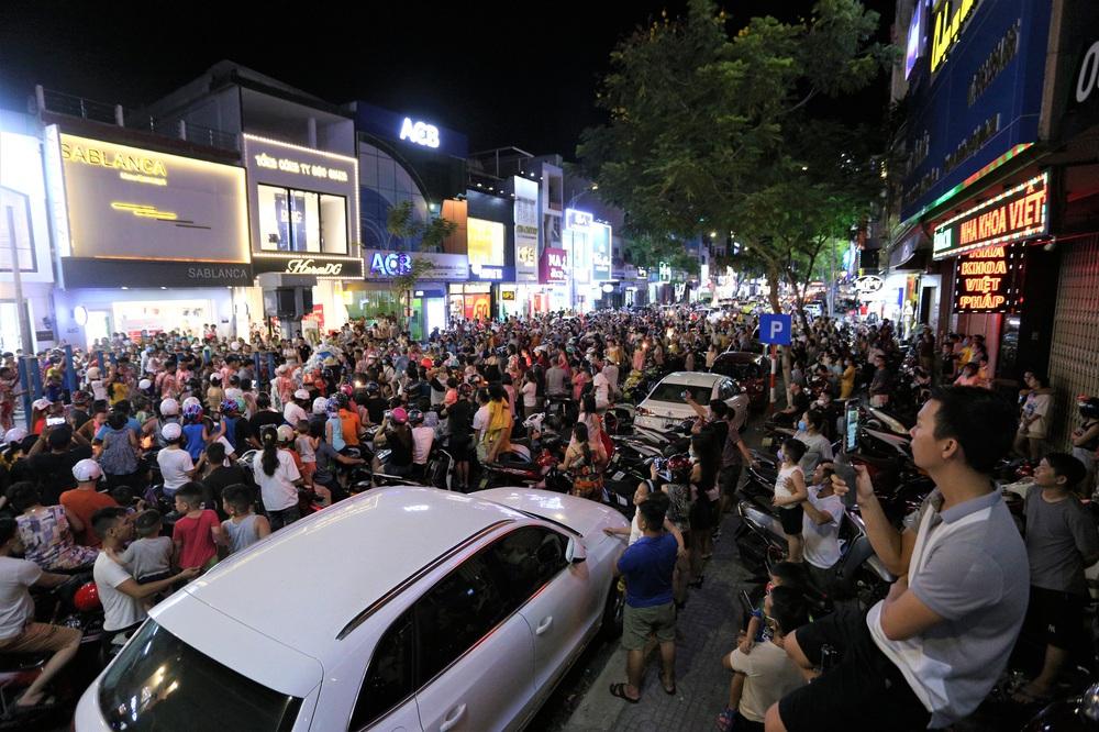 Người dân Đà Nẵng nô nức xuống đường xem múa Lân trước Tết Trung thu, giao thông ùn tắc - Ảnh 7.