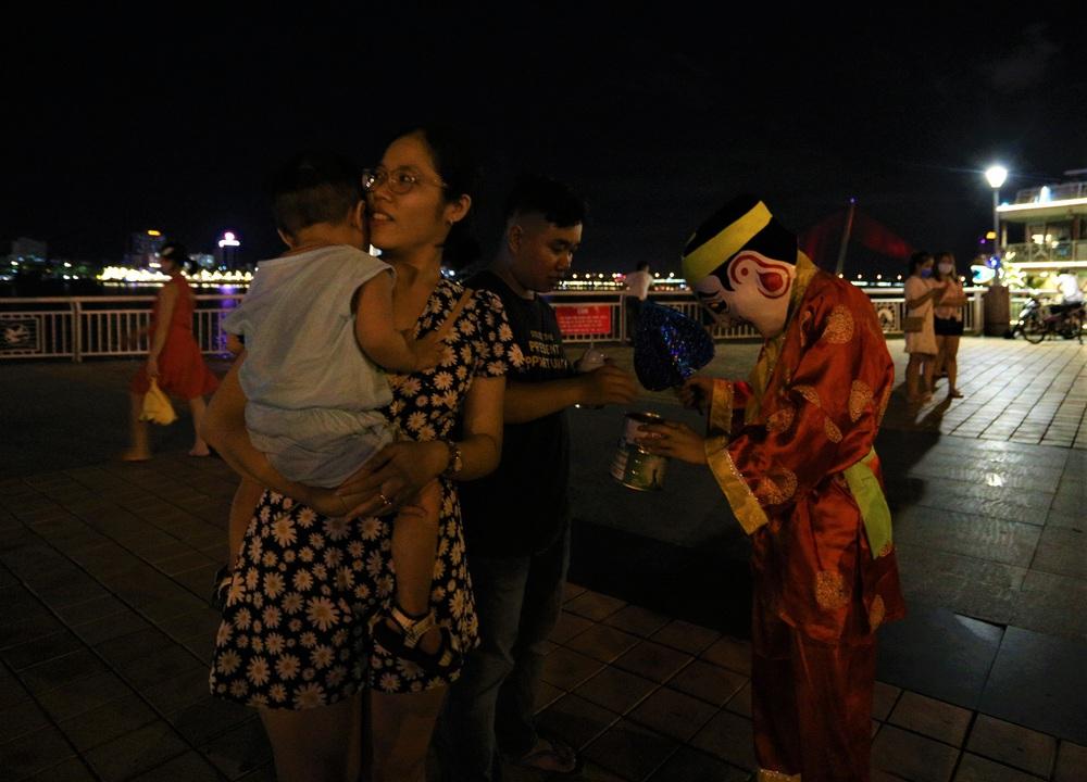 Người dân Đà Nẵng nô nức xuống đường xem múa Lân trước Tết Trung thu, giao thông ùn tắc - Ảnh 12.