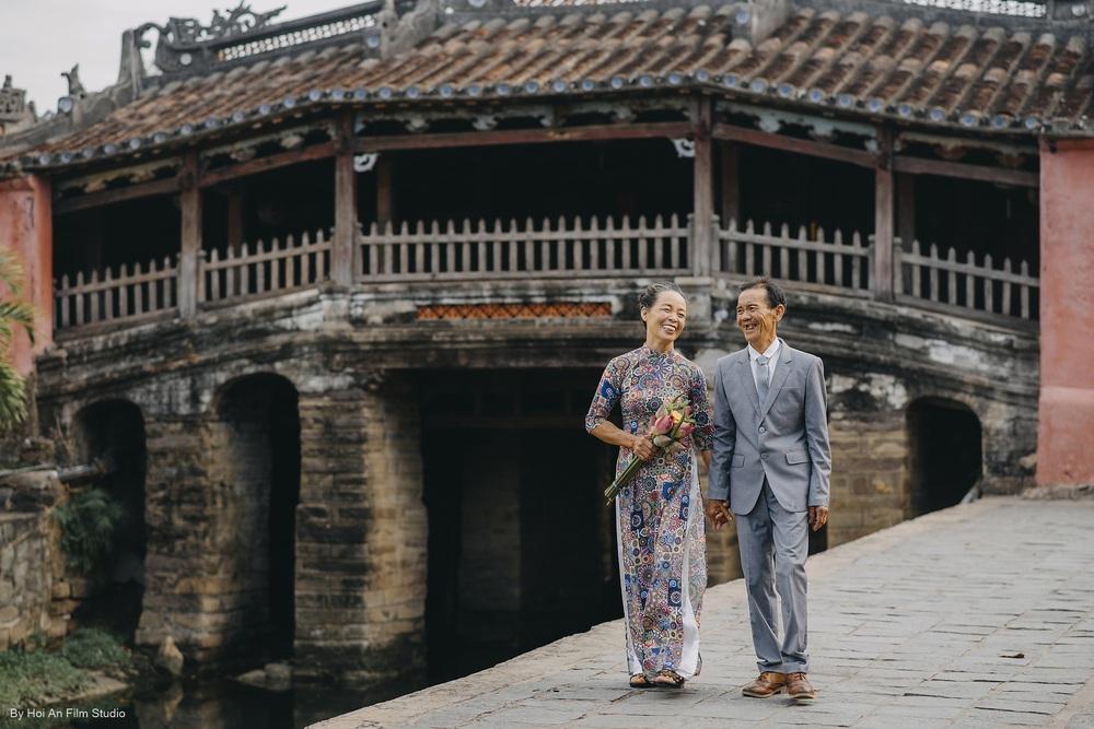Con gái út dẫn bố mẹ đi du lịch Hội An, bí mật tặng bộ ảnh kỷ niệm 50 năm ngày cưới đầy xúc động - Ảnh 1.
