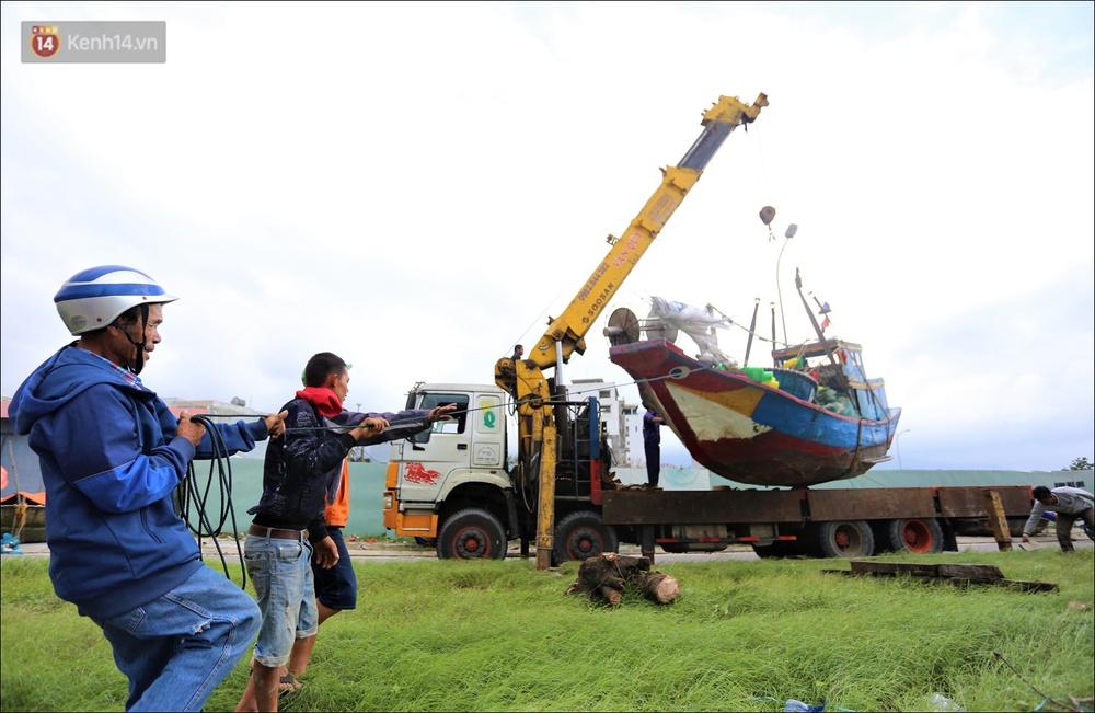 Ảnh: Đà Nẵng bắt đầu có gió giật mạnh, người dân hối hả chạy bão Vamco đang tiến sát đất liền - Ảnh 3.