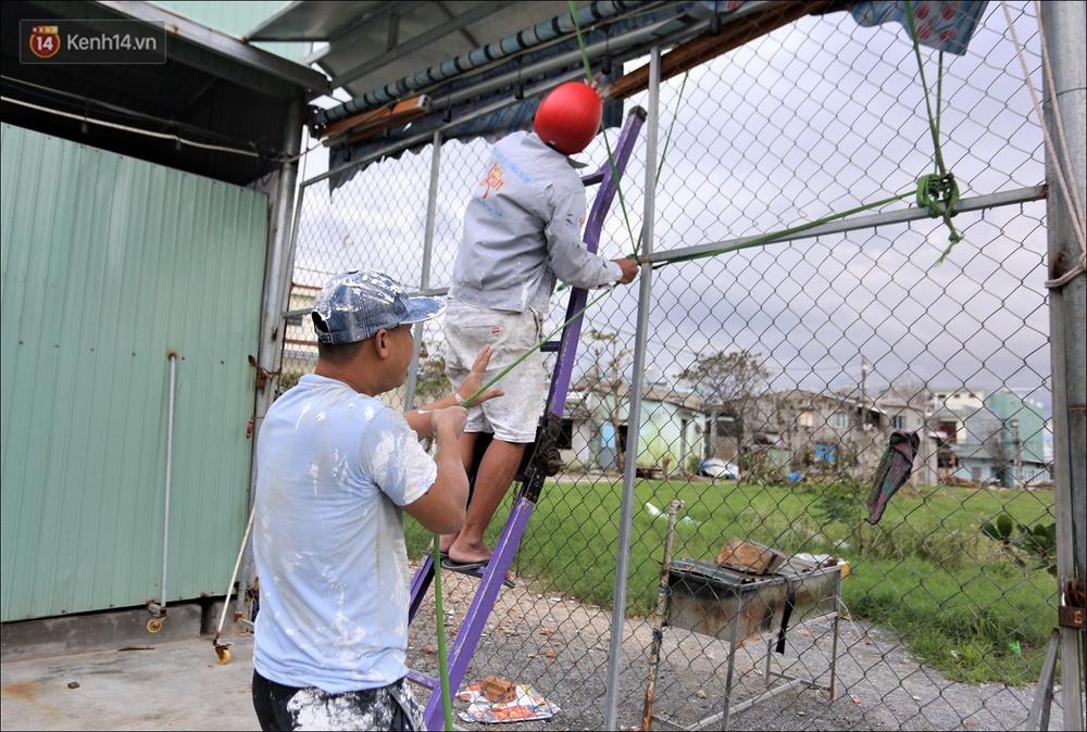 Ảnh: Đà Nẵng bắt đầu có gió giật mạnh, người dân hối hả chạy bão Vamco đang tiến sát đất liền - Ảnh 12.