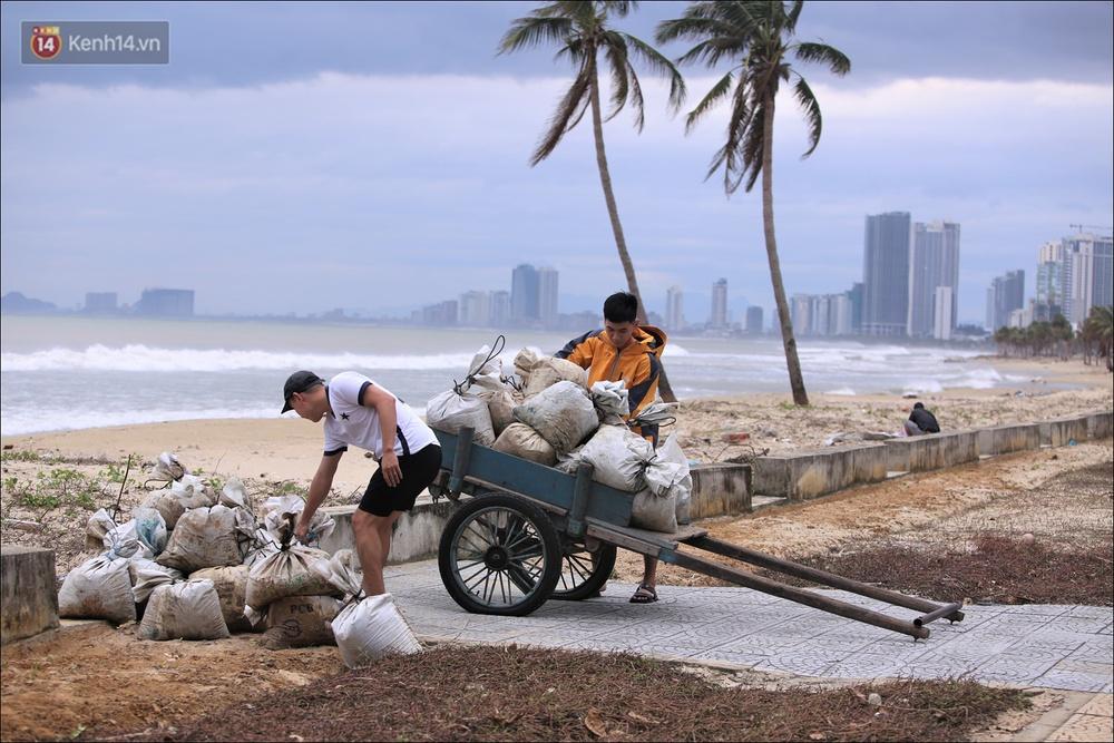 Ảnh: Đà Nẵng bắt đầu có gió giật mạnh, người dân hối hả chạy bão Vamco đang tiến sát đất liền - Ảnh 1.