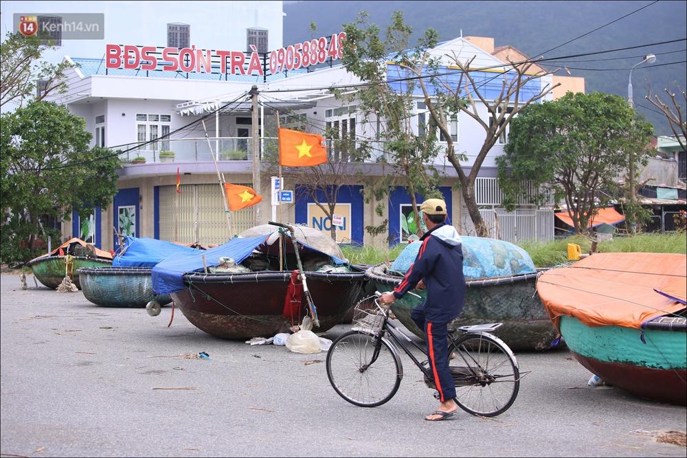 Ảnh: Đà Nẵng bắt đầu có gió giật mạnh, người dân hối hả chạy bão Vamco đang tiến sát đất liền - Ảnh 4.