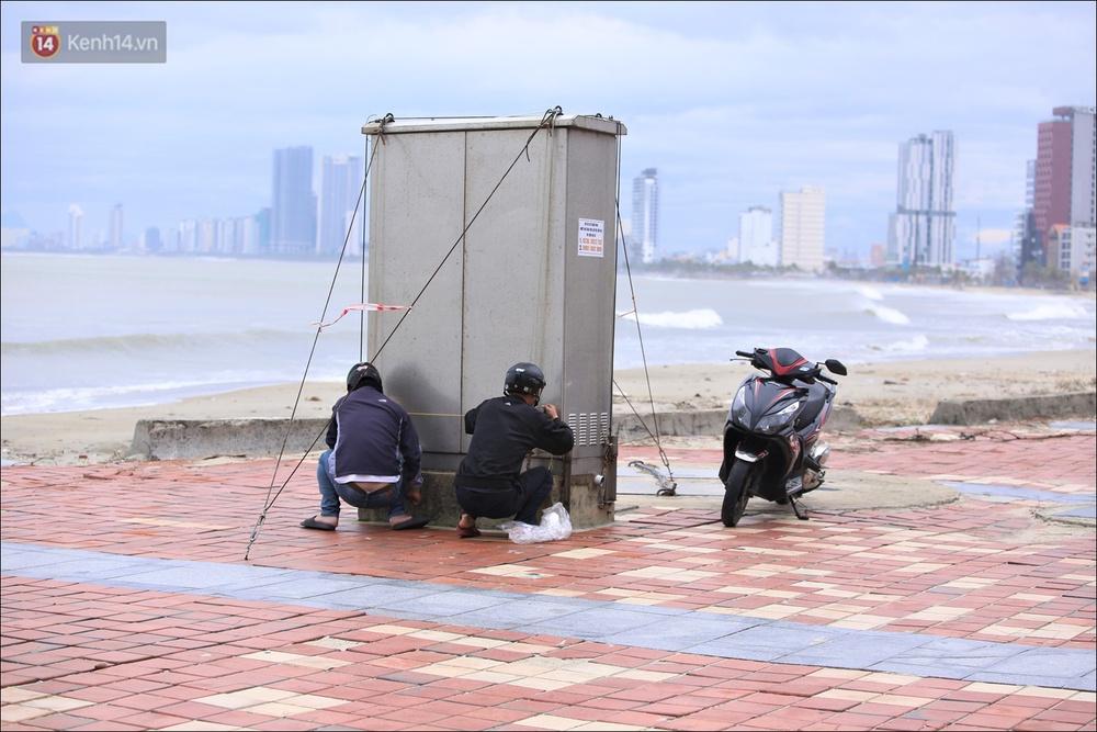 Ảnh: Đà Nẵng bắt đầu có gió giật mạnh, người dân hối hả chạy bão Vamco đang tiến sát đất liền - Ảnh 13.