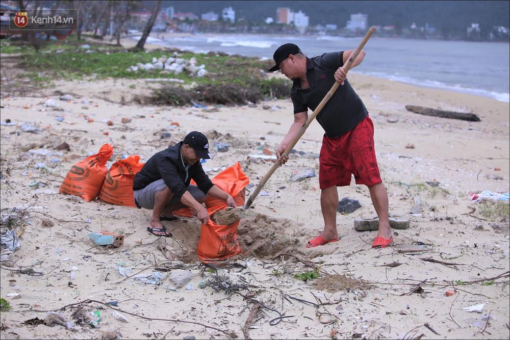Ảnh: Đà Nẵng bắt đầu có gió giật mạnh, người dân hối hả chạy bão Vamco đang tiến sát đất liền - Ảnh 5.
