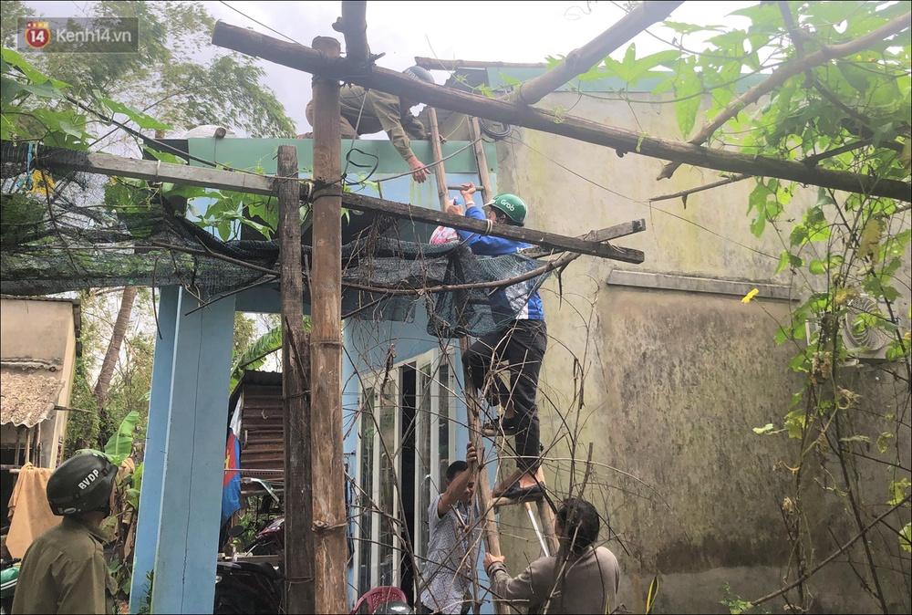 Ảnh: Đà Nẵng bắt đầu có gió giật mạnh, người dân hối hả chạy bão Vamco đang tiến sát đất liền - Ảnh 8.