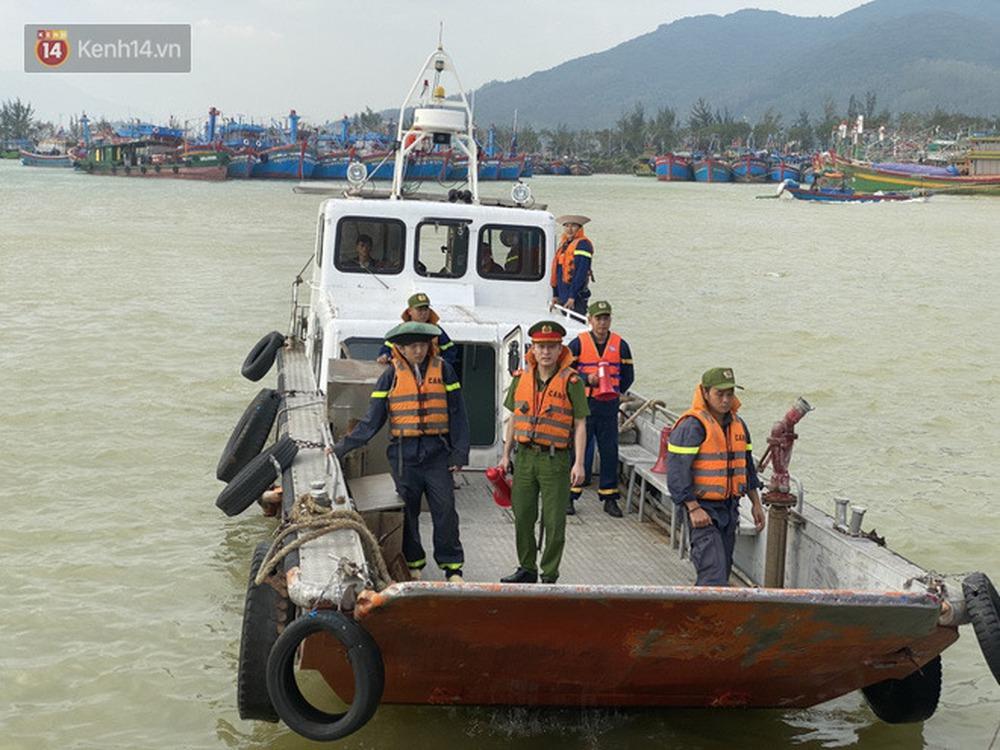 Ảnh: Đà Nẵng bắt đầu có gió giật mạnh, người dân hối hả chạy bão Vamco đang tiến sát đất liền - Ảnh 14.