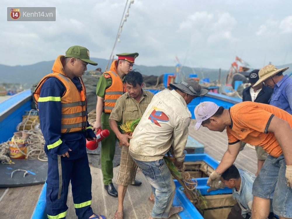 Ảnh: Đà Nẵng bắt đầu có gió giật mạnh, người dân hối hả chạy bão Vamco đang tiến sát đất liền - Ảnh 15.