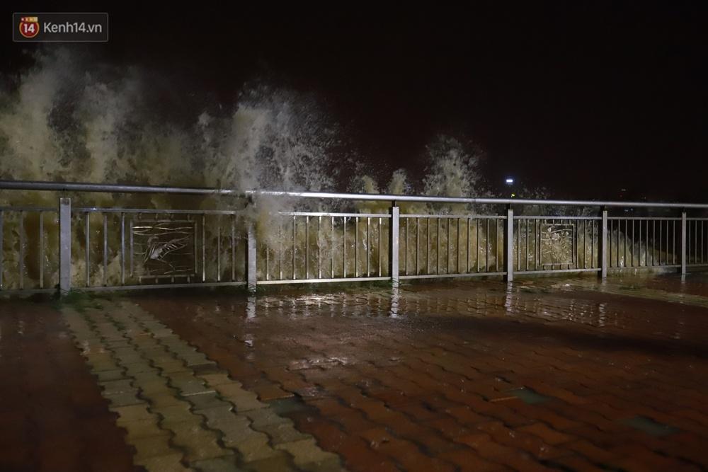 Ảnh: Lần đầu có cảnh nước sông Hàn dâng cao, tràn lên đường gây hư hại đường phố, vỉa hè - Ảnh 1.