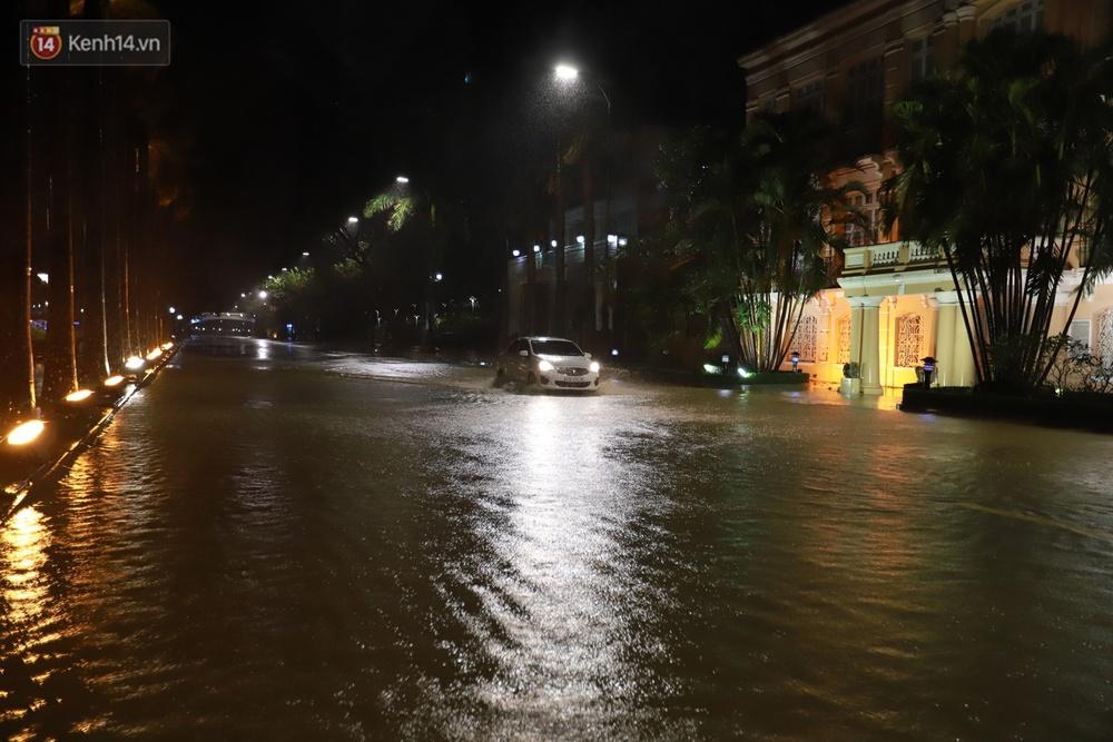 Ảnh: Lần đầu có cảnh nước sông Hàn dâng cao, tràn lên đường gây hư hại đường phố, vỉa hè - Ảnh 4.
