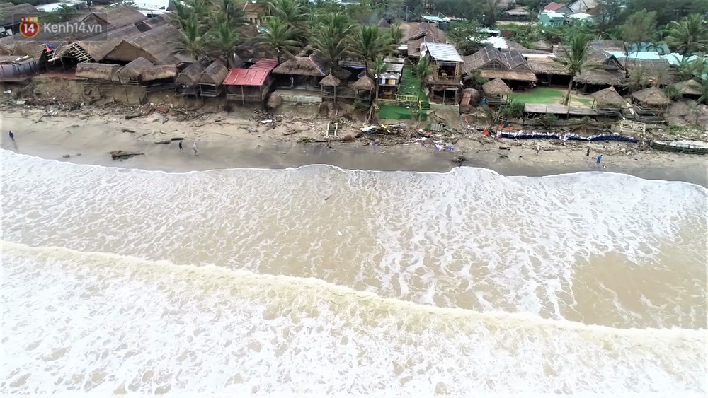 Người dân Hội An thẫn thờ nhìn bờ biển Cửa Đại, An Bàng tan hoang, hàng loạt căn nhà bị sóng biển nuốt chửng - Ảnh 1.