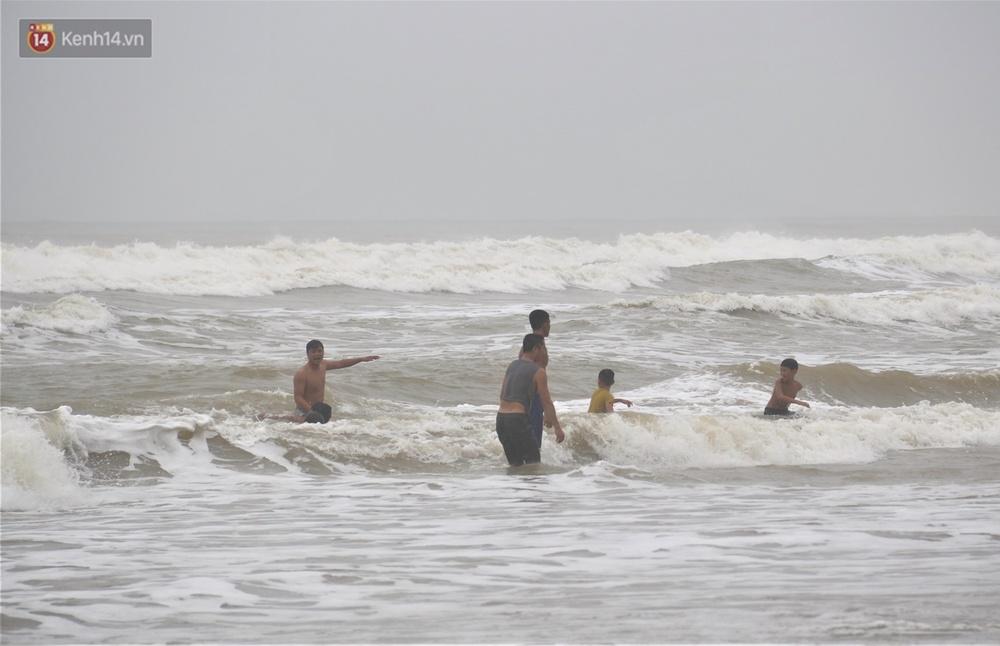 Ảnh: Bất chấp sóng động dữ dội sau bão, nhiều người vẫn liều lĩnh tắm biển Đà Nẵng - Ảnh 12.